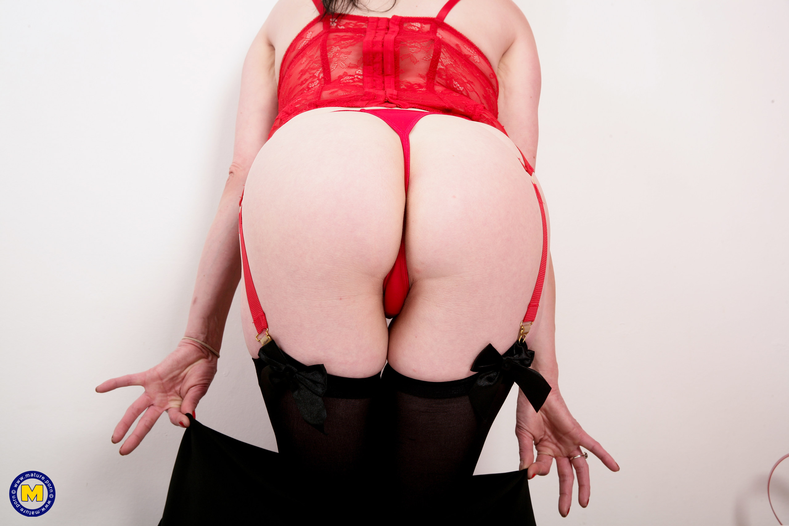 Naughty Brit housewife knows how to satiate herself
